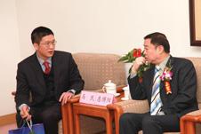 国家质检总局质量管理司副司长惠博阳在研讨会中与中国质量检验协会常务理事张明讨论相关质量消费维权话题
