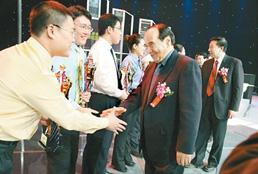 阿不來提·阿不都熱西提副主席、時任國家質檢總局局長王勇向獲獎選手表示祝賀